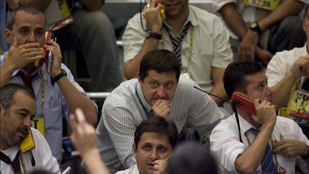 En Latinoamérica, el parqué de Sao Paulo concluyó en sintonía con el mercado neoyorquino, al descender el índice Ibovespa 1,60 por ciento, hasta los 41.907 puntos, después de que cambiaran de manos 3.095 millones de reales (1.349 millones de dólares). EFE/Archivo