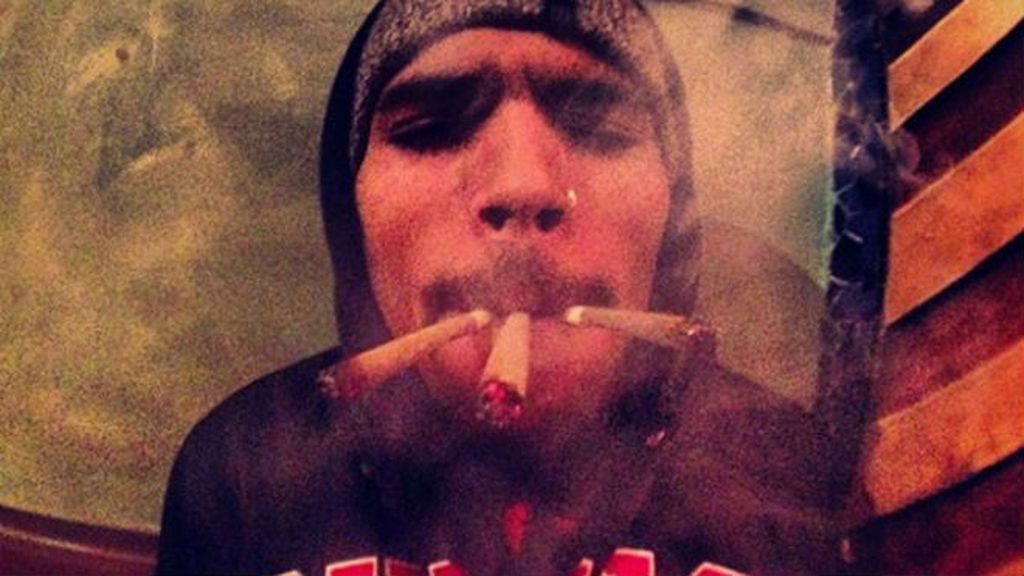 Chris Brown decidió fumárselo todo y subirlo a su Instagram para correr una cortina de humo
