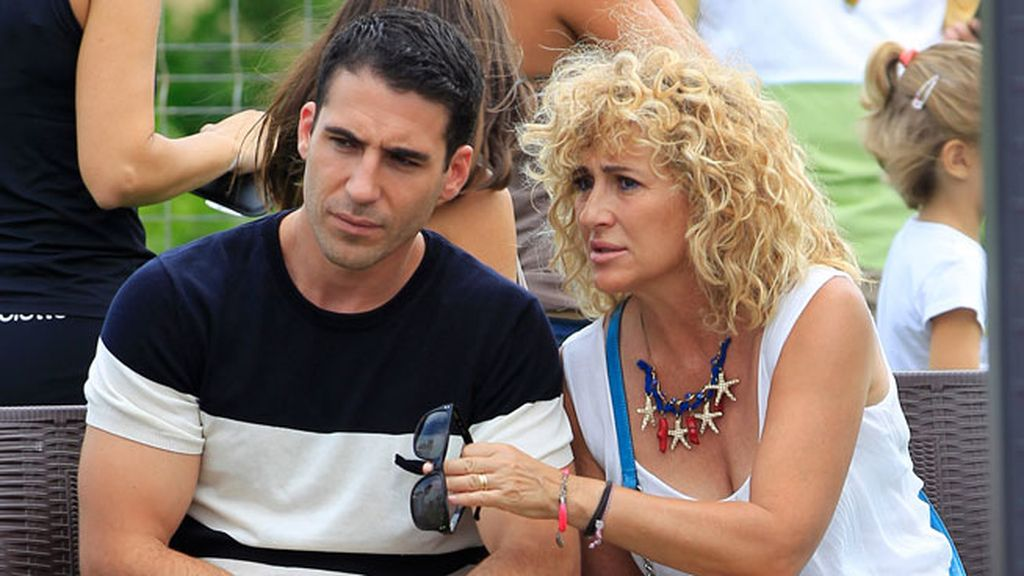 Miguel Ángel Silvestre acude con su madre, María Lidón, a un torneo benéfico