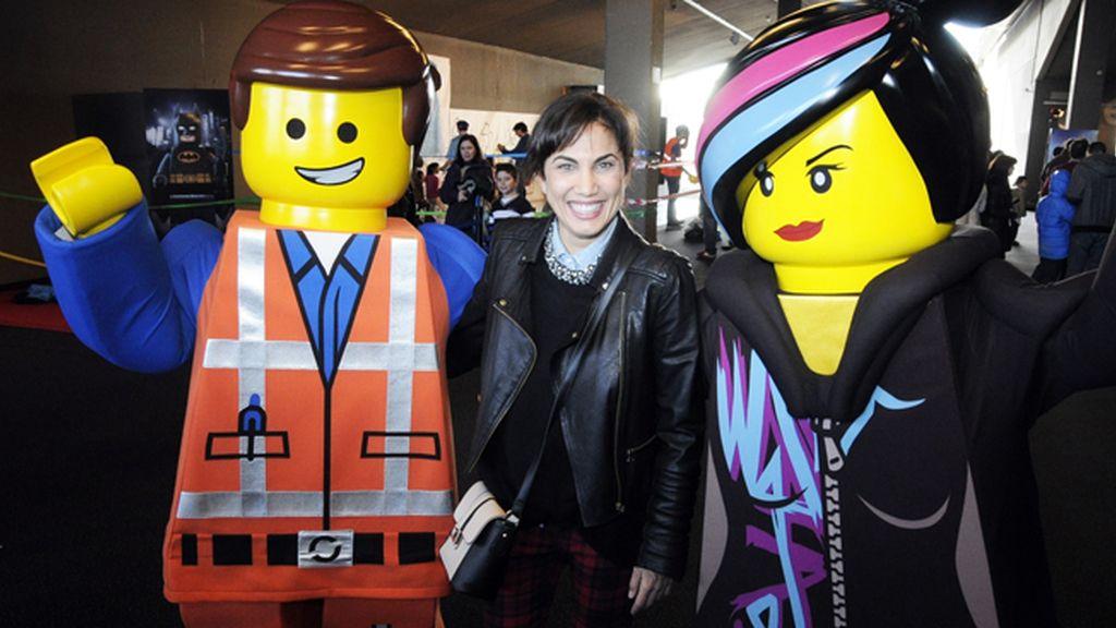 """Toni Acosta con los personajes de """"La Lego Película"""""""