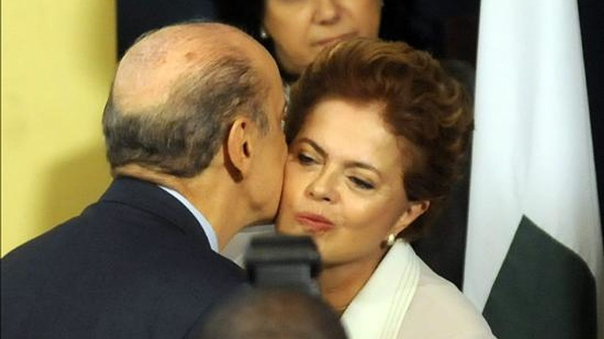 José Serra, candidato del Partido de la Social Democracia Brasileña (PSDB) y Dilma Rousseff, del Partido de los Trabajadores (PT) tienen el 39% de las intenciones de voto para las elecciones presidenciales del próximo 3 de octubre. EFE/Archivo