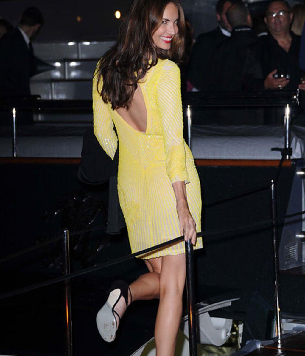 Eugenia Silva eligió un vestido amarillo con escote en la espalda