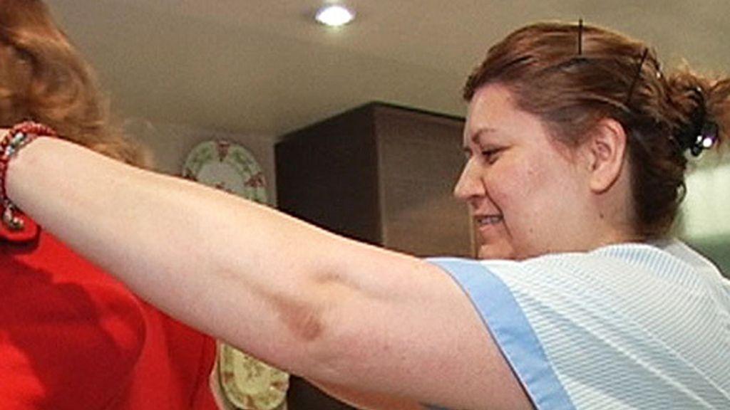 La empleada ayuda a vestir a su jefa