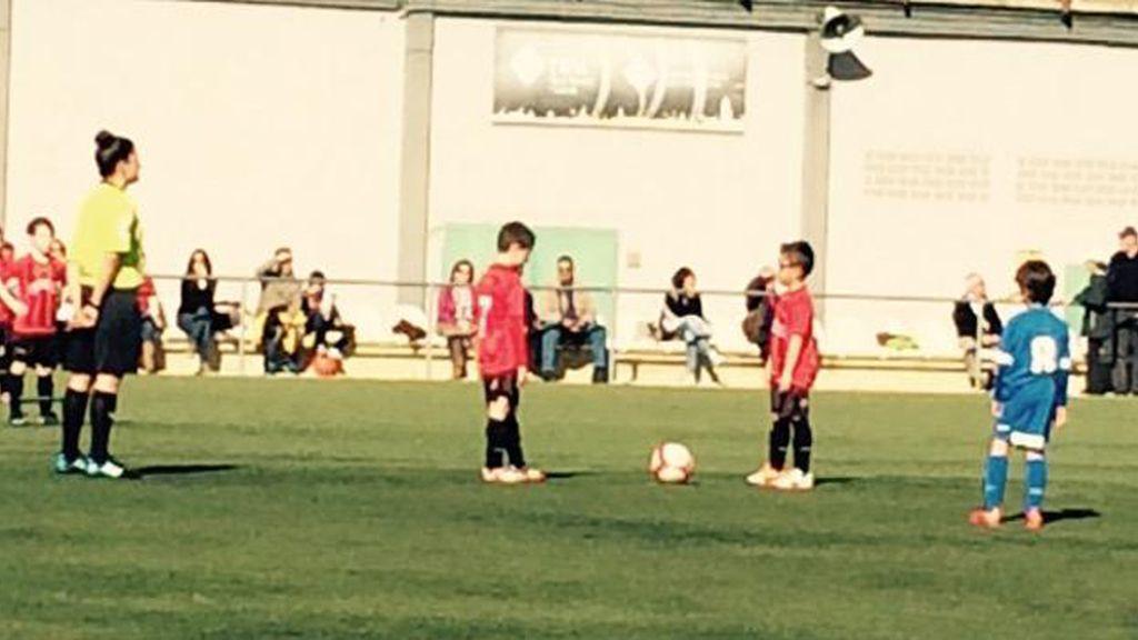 Jugadores del Reus Desportiu y del Santes Creus durante el minuto de silencio