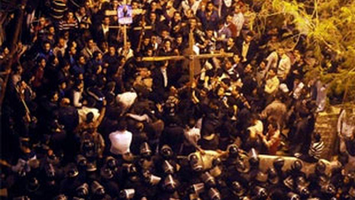 Enfrentamientos de los manifestantes frente una catedral en El Cairo. Vídeo: Informativos Telecinco.