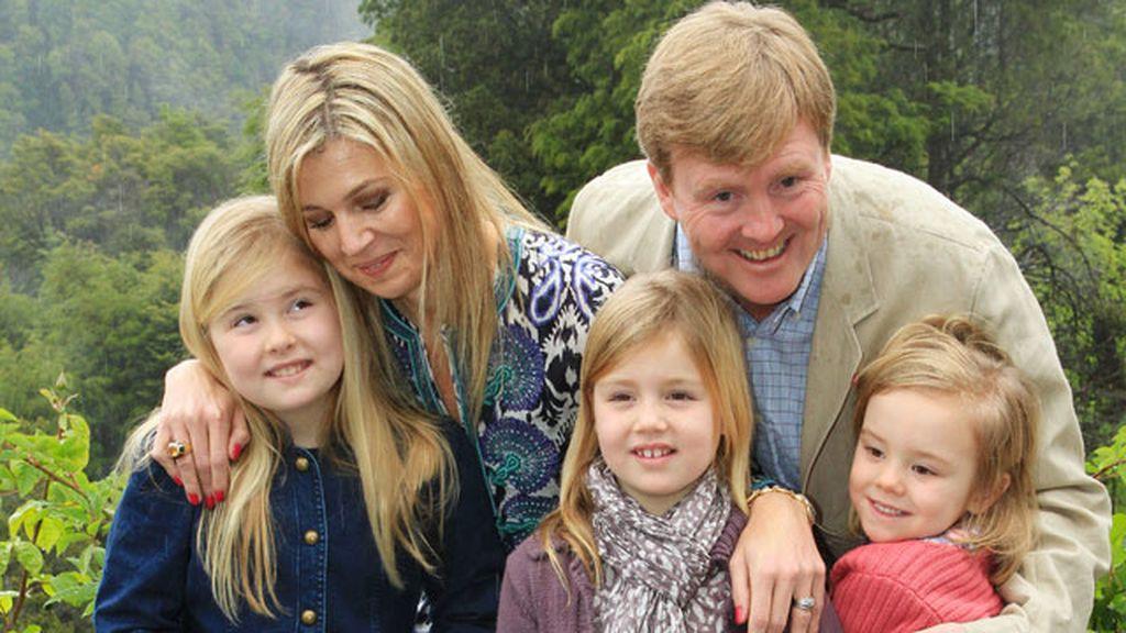 Máxima y Guillermo de Holanda con sus tres hijas