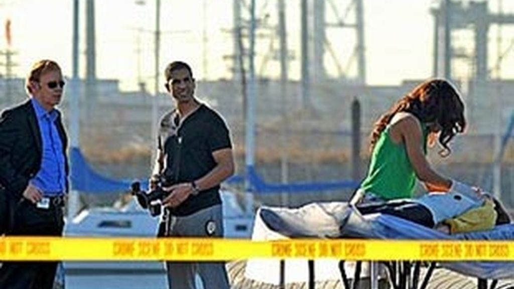 El CSI acude al escenario donde yace Kathy Meyers tras fallecer electrocutada con unos cables de arranque