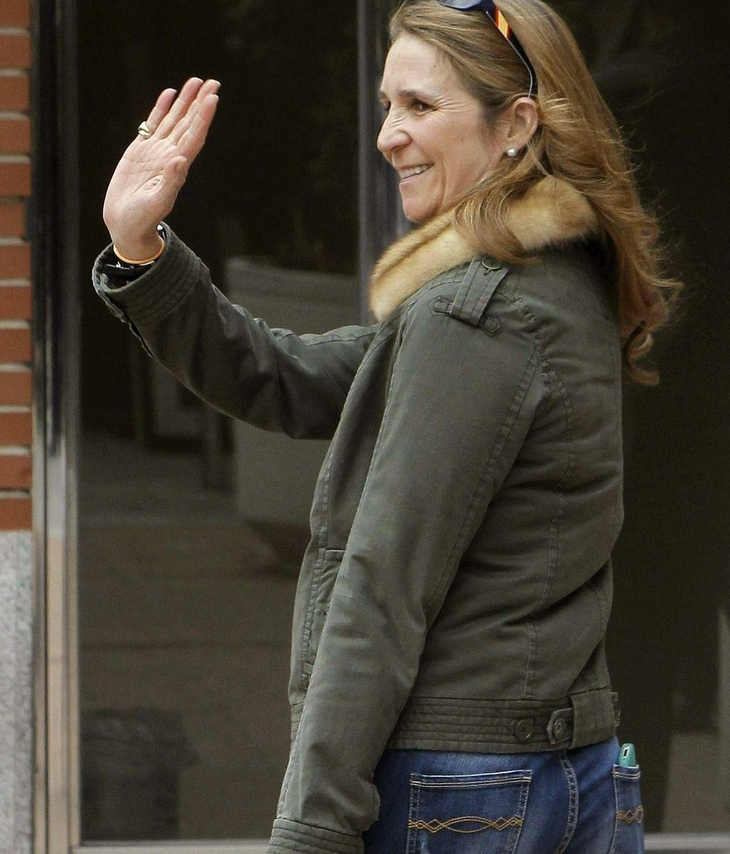 La Infanta Elena saliendo de la clínica La Milagrosa. Foto: EFE