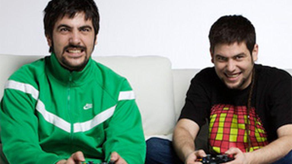 Entre otras cosas, los hermanos Muñoz juegan a la Xbox en el sofá. Foto: Microsoft