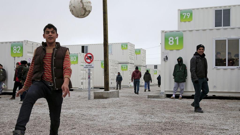 La espera se hace más corta con un balón para estos refugiados sirios (19/03/2016)