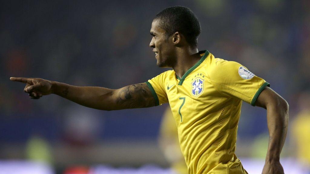 Douglas Costa da la victoria a Brasil en el descuento