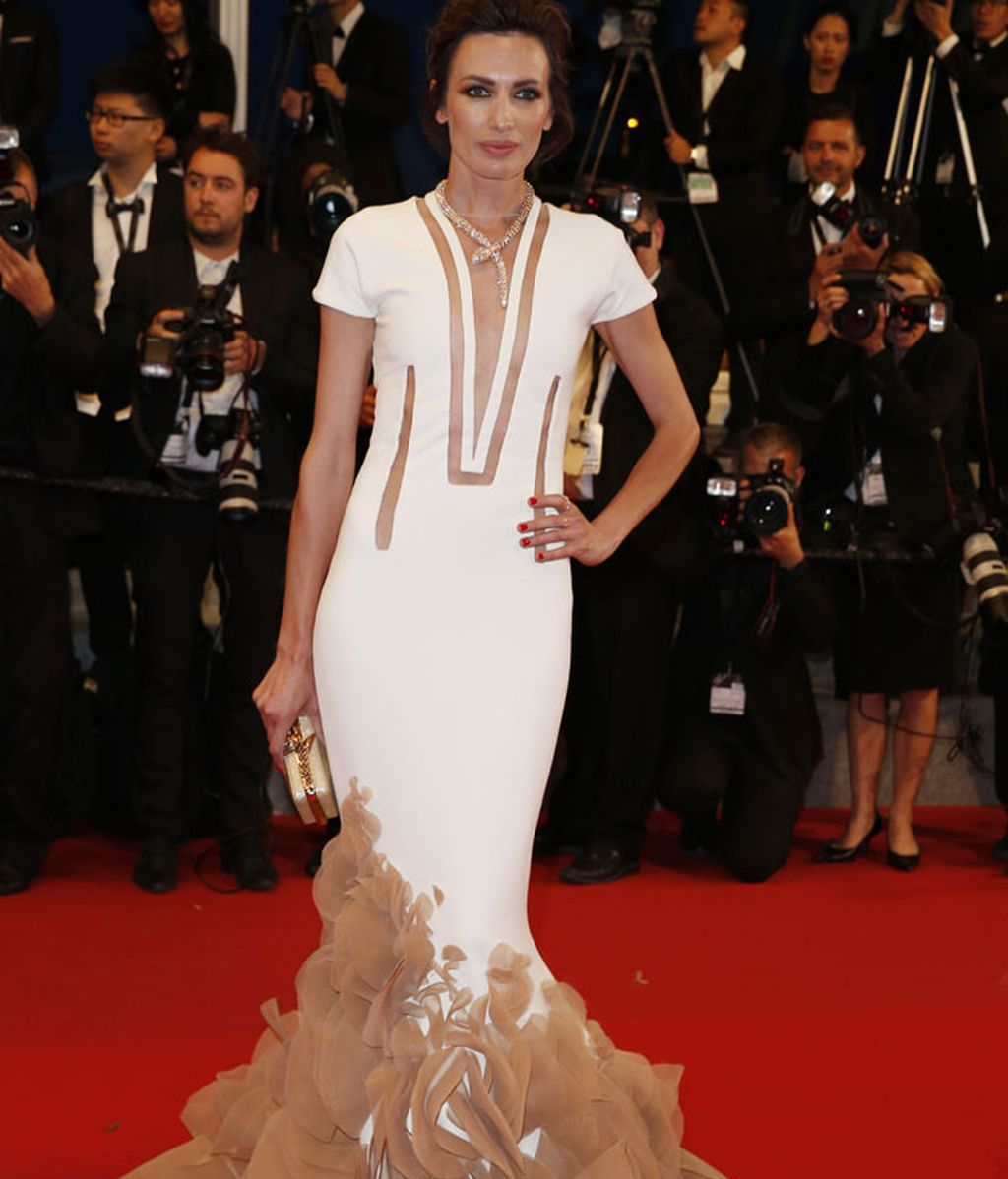 Nieves Alvarez con vestido nude con pedrería y cola de Stephane Rolland