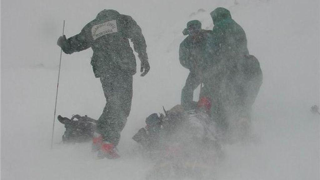 Rescate del primero de los montañeros fallecidos