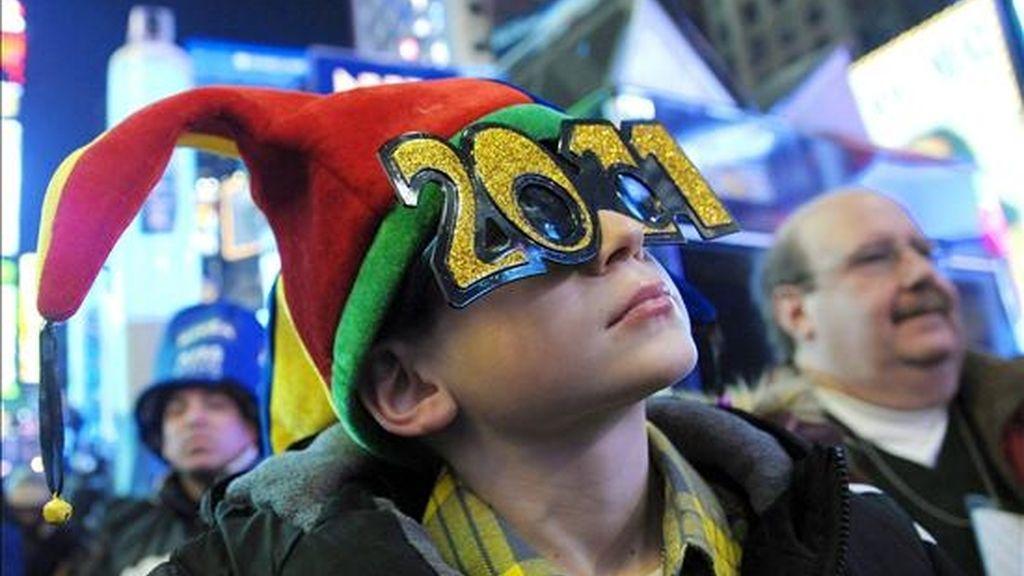 Un niño celebra en Times Square la llegada de un nuevo año en la madrugada de hoy en Nueva York (Estados Unidos). Cientos de miles de personas se congregaron para recibir el año a pesar de que se registrara la sexta mayor nevada de la historia de Nueva York cuatro días antes de la llegada del nuevo año. EFE