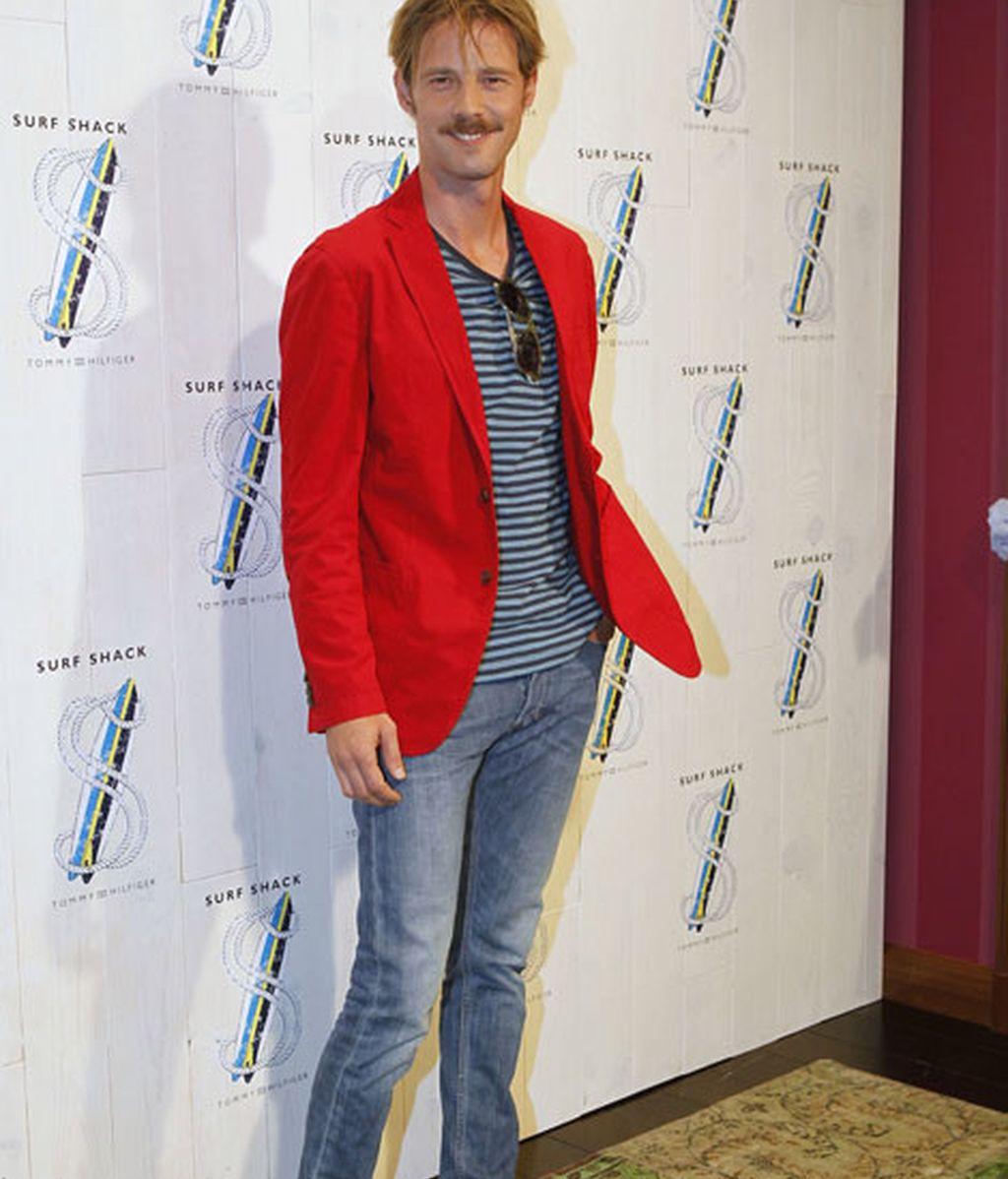 El actor Eloy Azorín, de rojo y azul amarinerado