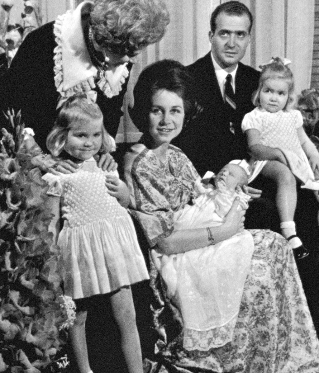Los reyes vitalicios con sus hijos tras el nacimiento de Felipe VI