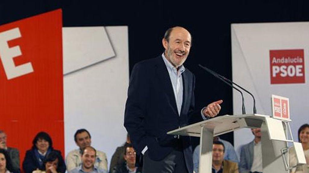 El vicepresidente primero del Gobierno, Alfredo Pérez Rubalcaba, durante su discurso en el acto político del PSOE celebrado hoy en Sevilla.
