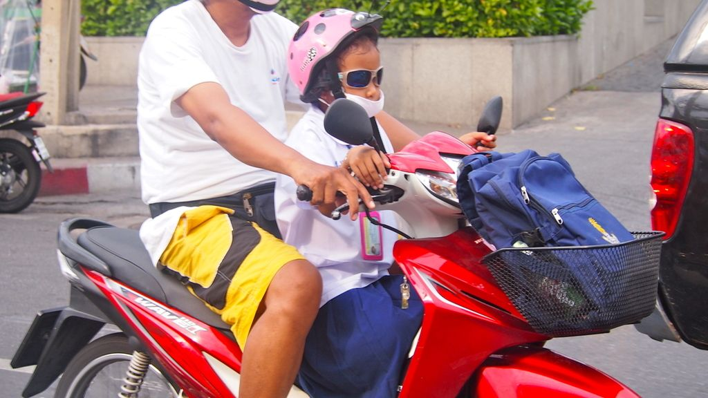 Conduciendo la moto camino del colegio