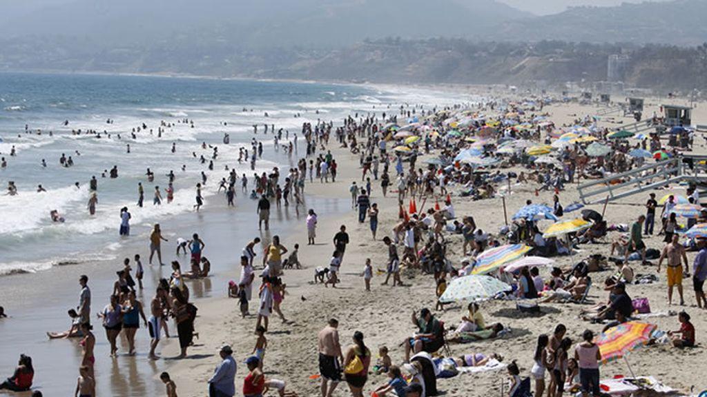 La bulliciosa playa de Santa Monica, una de la más famosas de los Estados Unidos