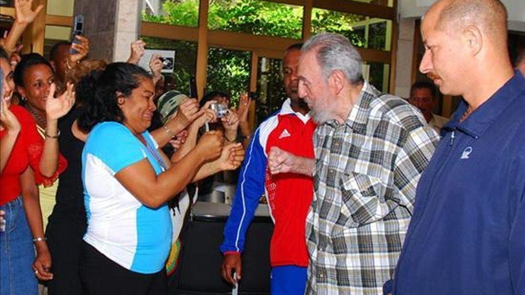Imagen cedida por Cubadebate del ex presidente cubano Fidel Castro tras una reunión con los embajadores nacionales en la sede del Ministerio de Relaciones Exteriores en La Habana (Cuba). EFE