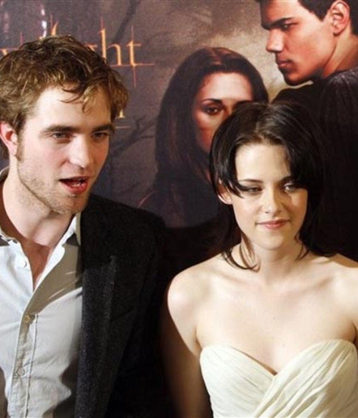 Pattinson y Sewart durante la promoción de 'Luna Nueva' en París, donde se reencontraron después de promocionar la película por separado en Japón y Latinoamérica. Foto: AP