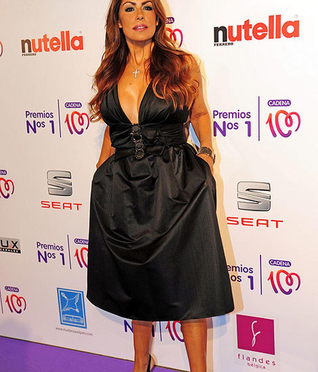 Jacqueline de la Vega lució un favorecedor vestido negro