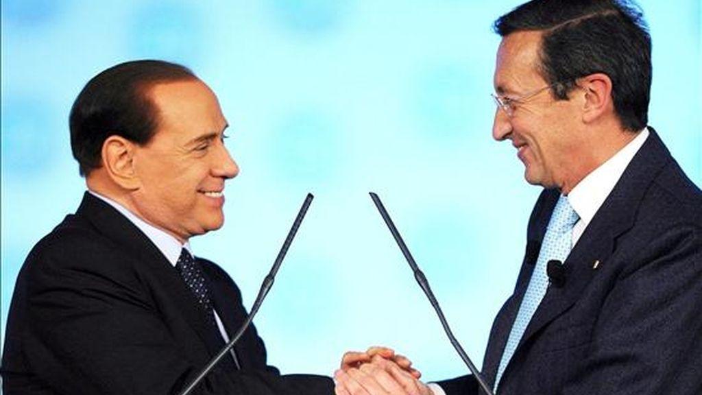 El presidente de la Cámara de los Diputados italiana, Gianfranco Fini (d), estrecha la mano del primer ministro italiano, Silvio Berlusconi (i), tras su intervención en el segundo día del Primer Congreso Nacional del partido de centro- derecha italiana 'Popolo della Liberta', en Roma, Italia. EFE
