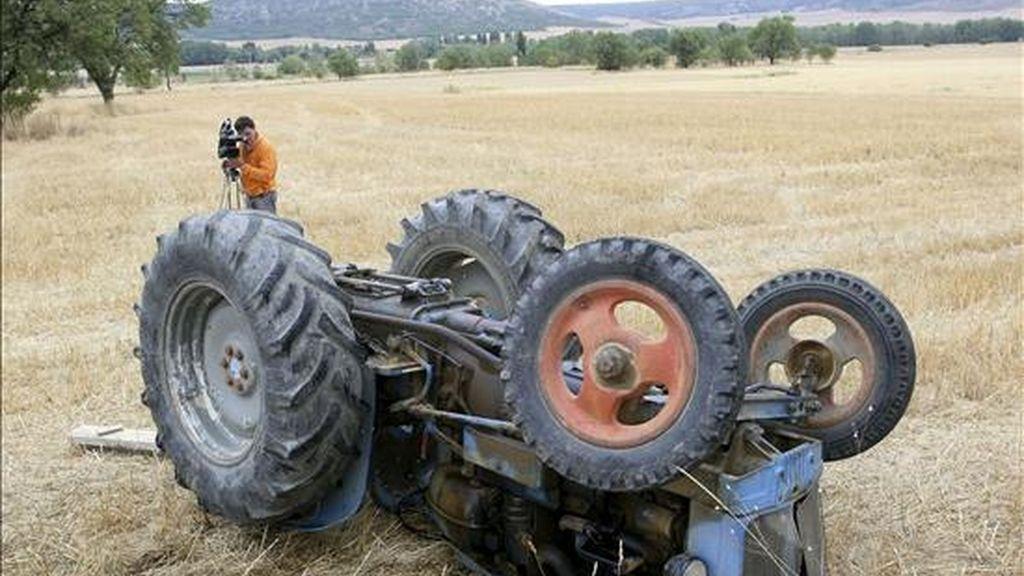 Una madre y su hijo fallecieron anoche tras volcar en una pista forestal del municipio asturiano de Cangas del Narcea, en el suroccidente de la región, el tractor en el que viajaban, según informó el 112-Asturias. Vídeo: ATLAS