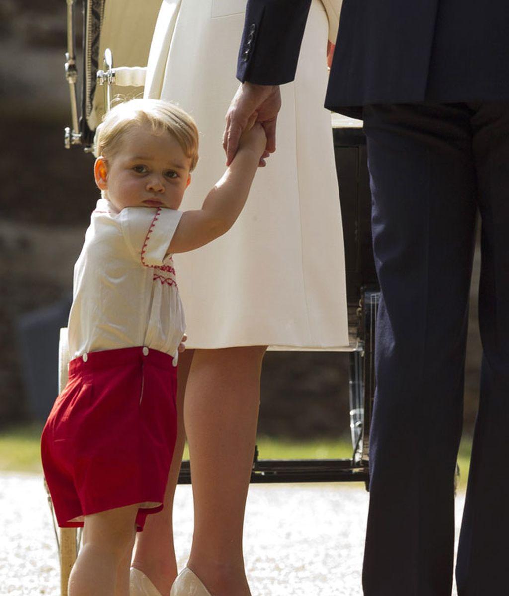 El príncipe Jorge acudió dado de la mano de su padre