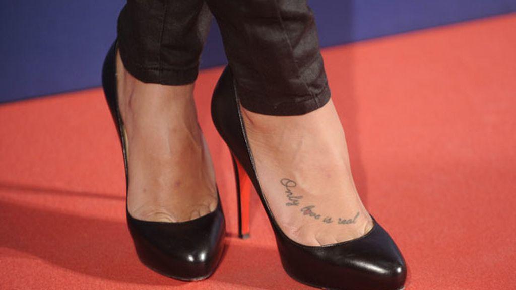 'Only love is real', las palabras tatuadas en el pie de la canaria desde mayo