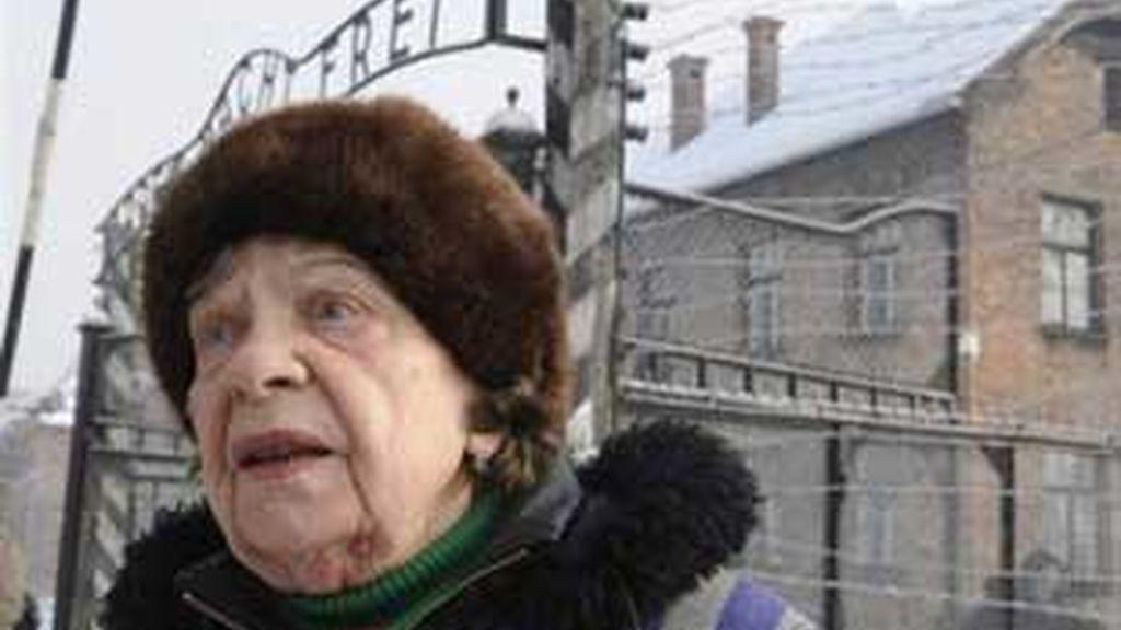 """Algunos supervivientes han acudido a Auschwitz y ha vuelto a encontrarse con el famoso cartel """"El trabajo nos hace libres"""". FOTO: AP."""