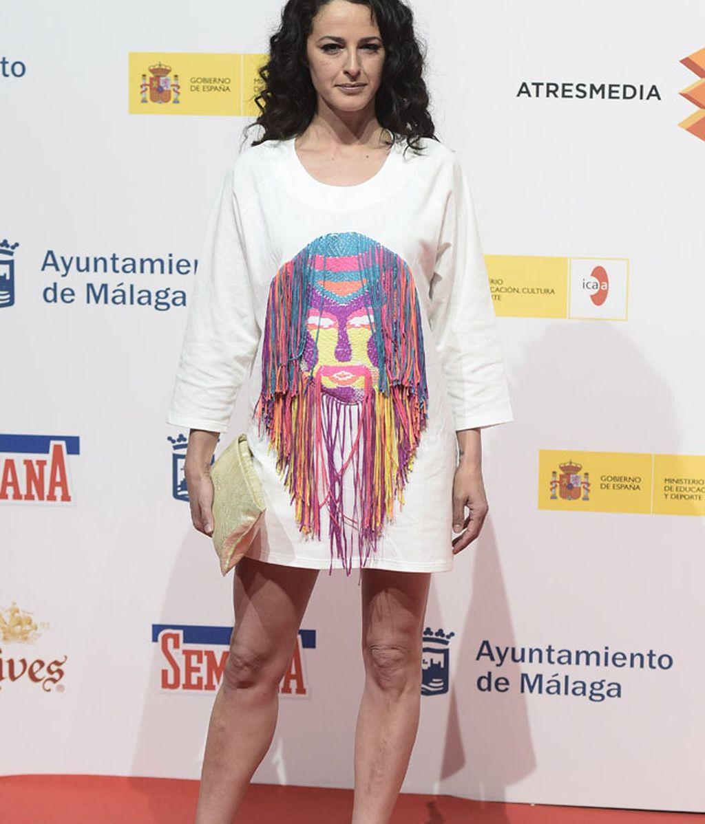 Mónica Estarreado, con un mini vestido con flecos en diversos colores