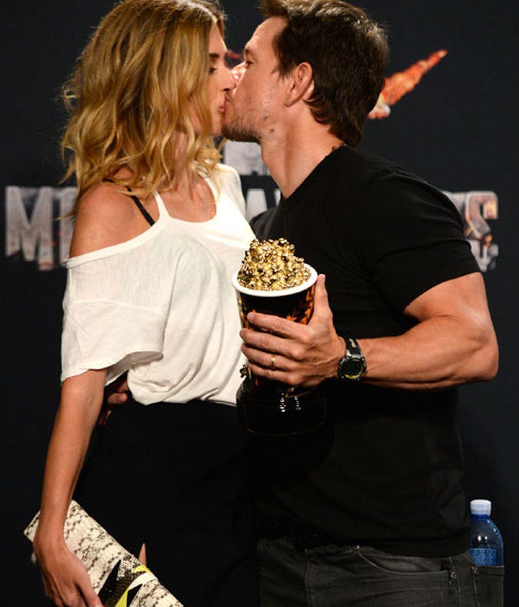 Mark Wahlberg celebró su premio con un beso en el photocall