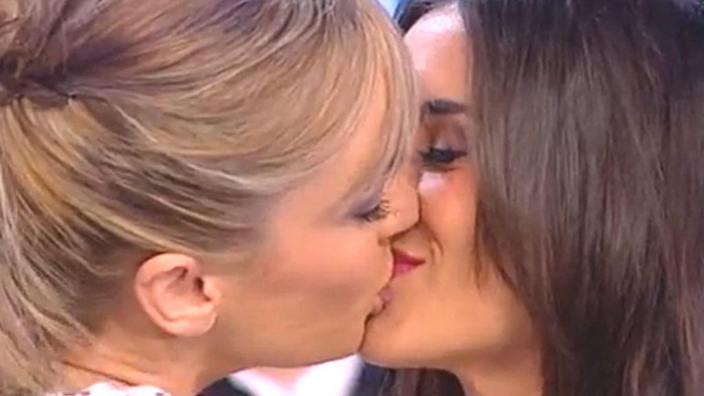 El beso entre Paula Garber y Anna Simón