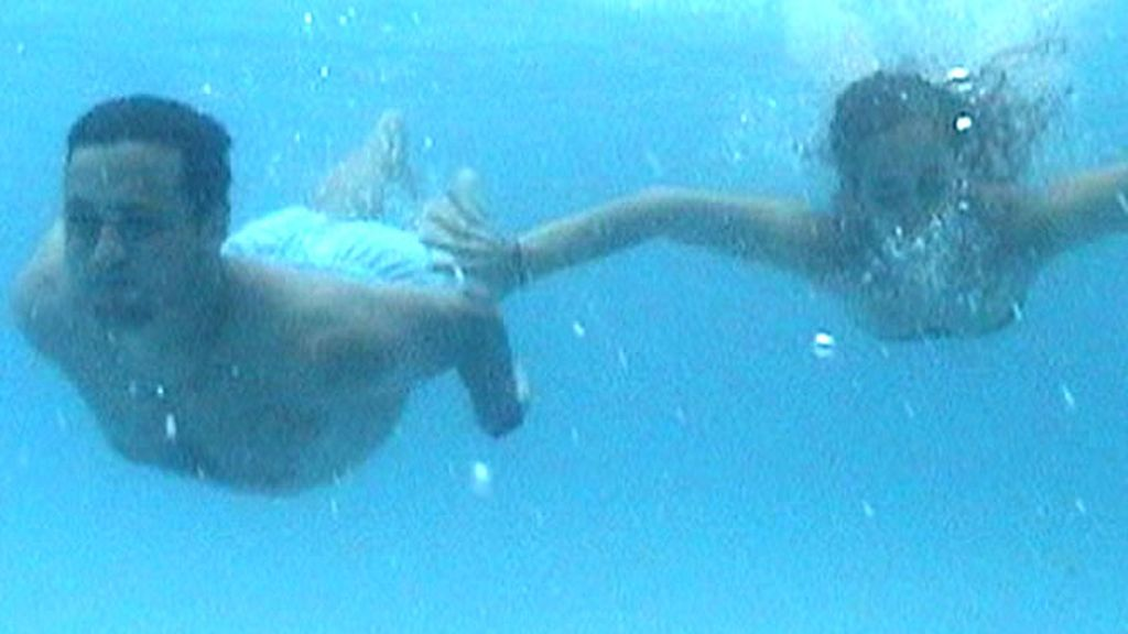 Una pareja bucea bajo el mar
