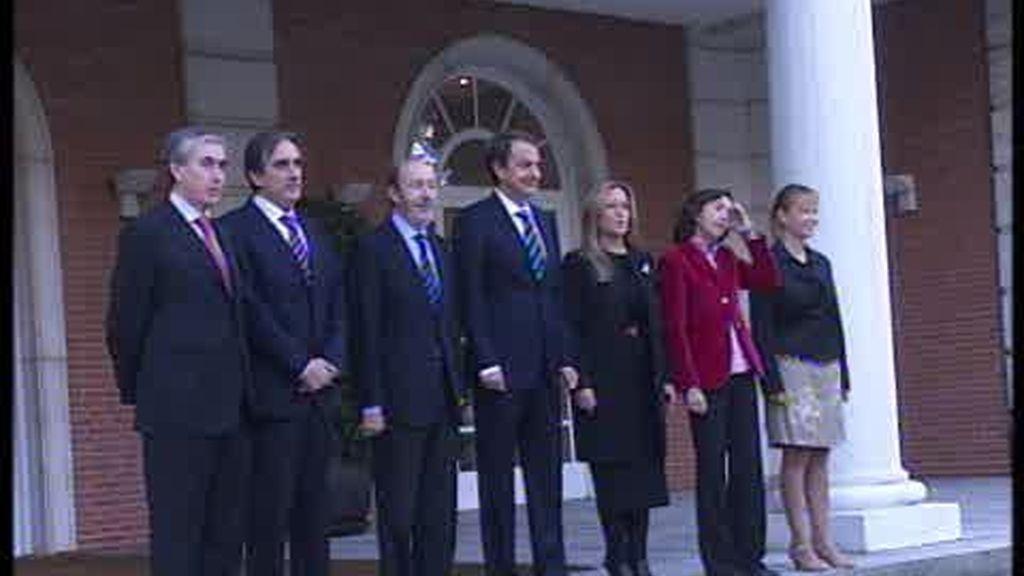 Zapatero posa con su nuevo Gobierno