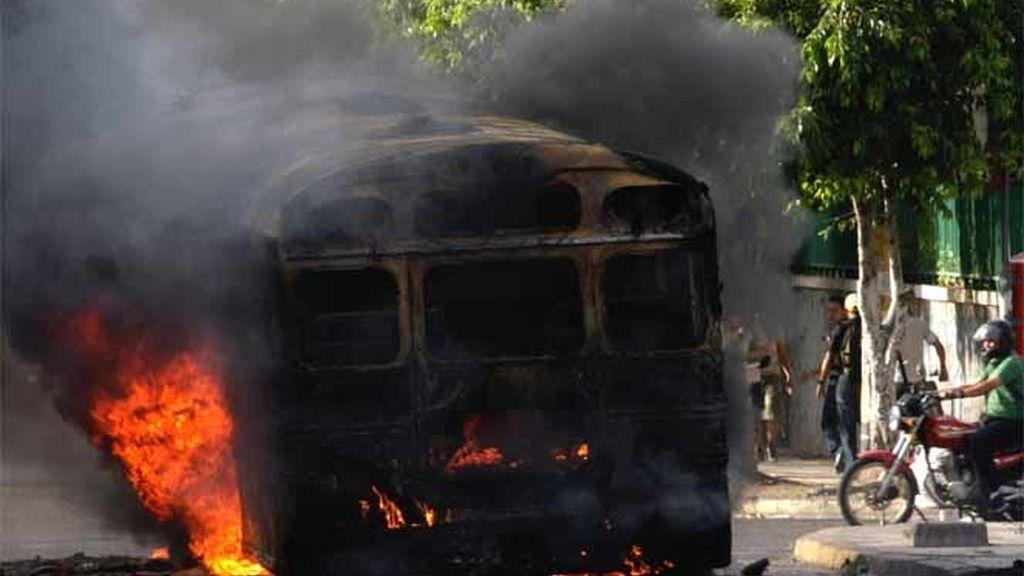 Los manifestantes hondureños queman un autobús