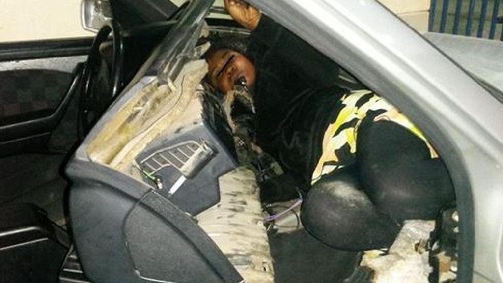 Descubiertos una mujer y un menor ocultos bajo el asiento de un coche en Melilla