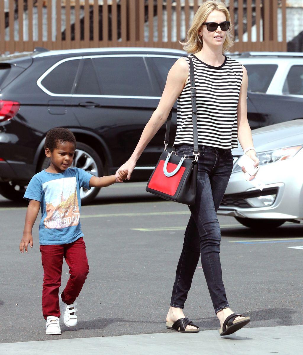 ¿De quién está enamorado el hijo de Charlize Theron?