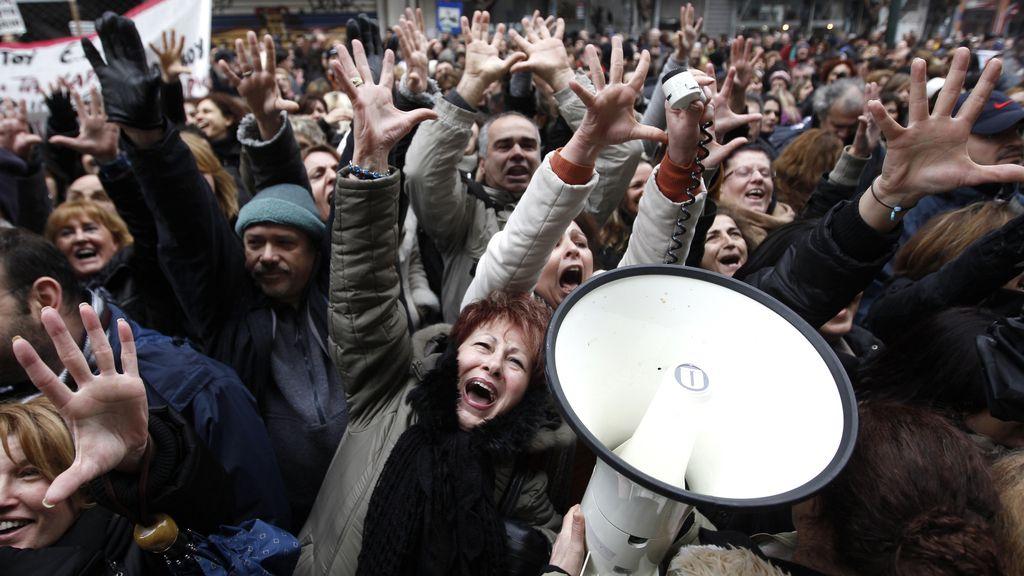 Funcionarios griegos se manifiestan ante las negociaciones de recortes en empleos públicos