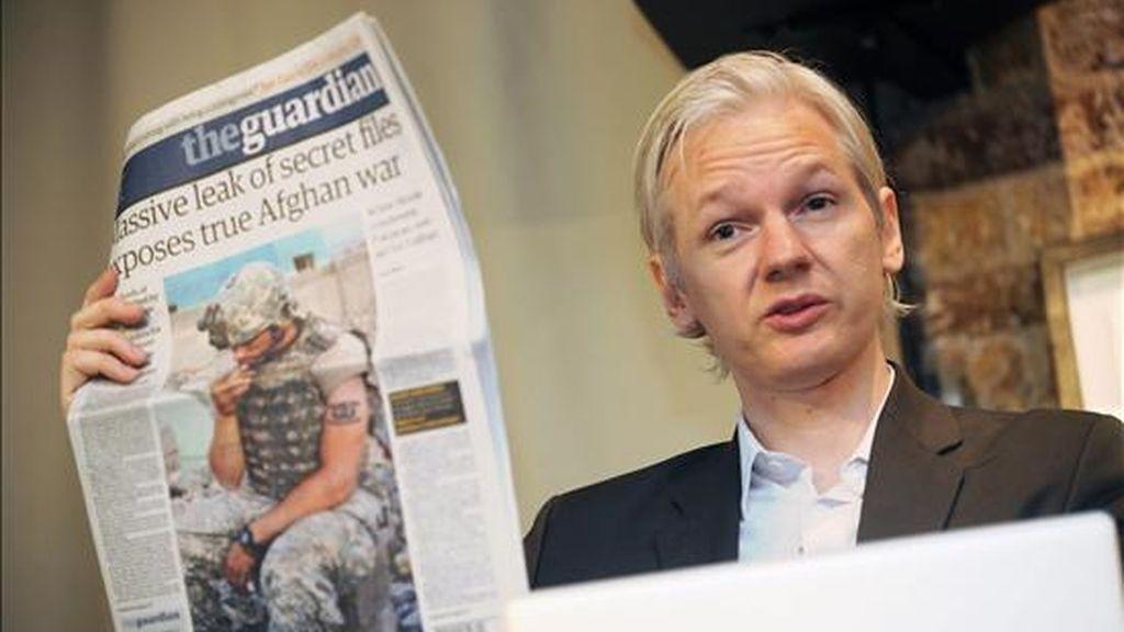 El fundador de Wikileaks Julian Assange muestra una publicación del diario británico The Guardian durante una rueda de prensa el pasado 26 de julio, en el Club Frontline de Londres (Reino Unido), en la que se discutió acerca de los 75.000 documentos de la guerra de Afganistán que la organización puso a disposición de los periódicos el New York Times, The Guardian de Londres y el Der Spiegel de Alemania. EFE