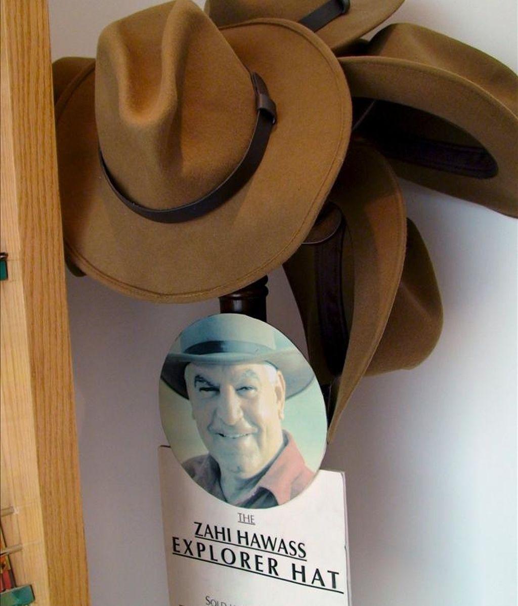 El sombrero de alas anchas a lo Indiana Jones del arqueólogo más famoso y mediático de Egipto, Zahi Hawas, se ha popularizado entre los turistas que visitan el país. EFE