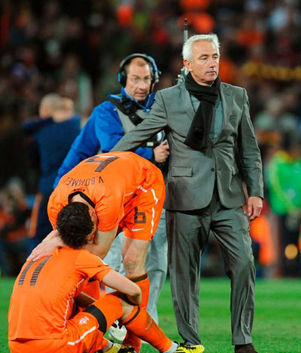Van Marwijk consuela a sus jugadores nada más concluir la final