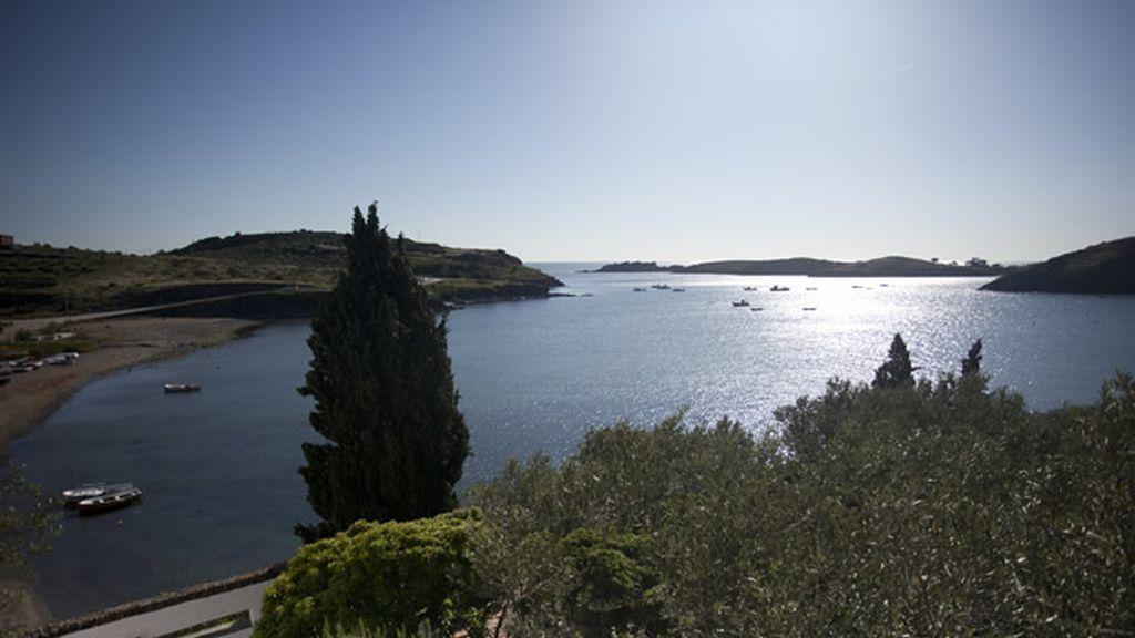 Miqui Puig se pasea por Cadaqués, su vista favorita