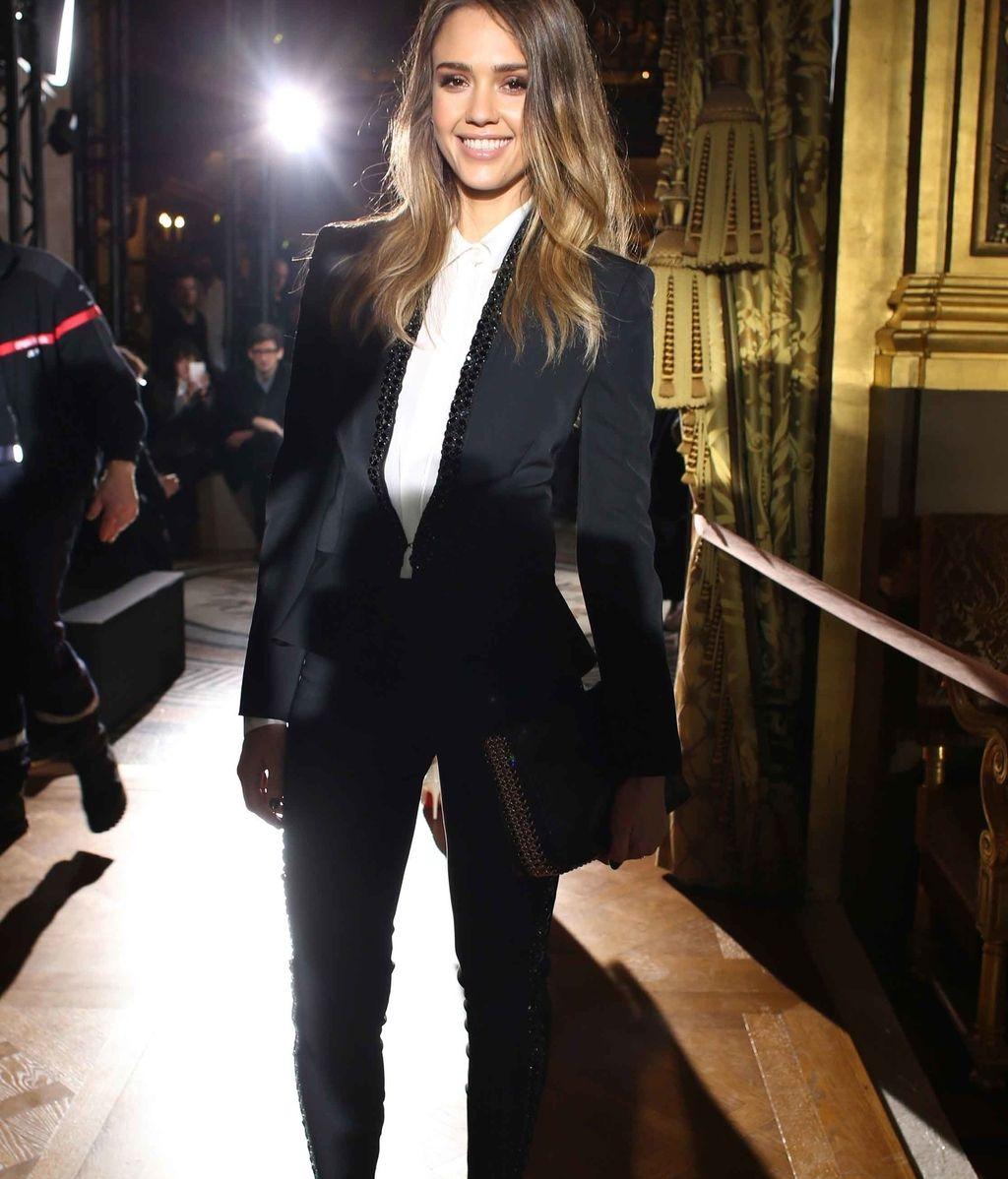 Jessica Alba lo lleva con 'leggins' y detalles brillantes