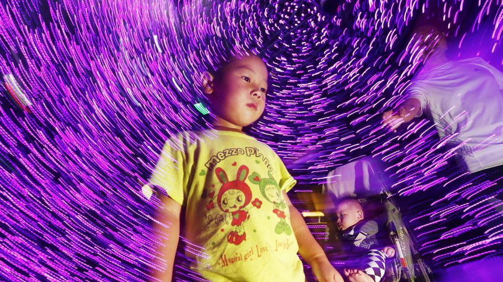Niña observa la iluminación de Navidad en Singapur (China)