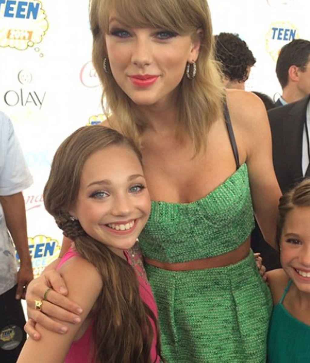Posa con estrellas de la música como Taylor Swift