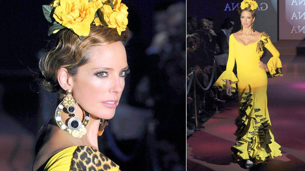 Print animal y amarillo se mezclaban en el vestido de Estefanía Luyk