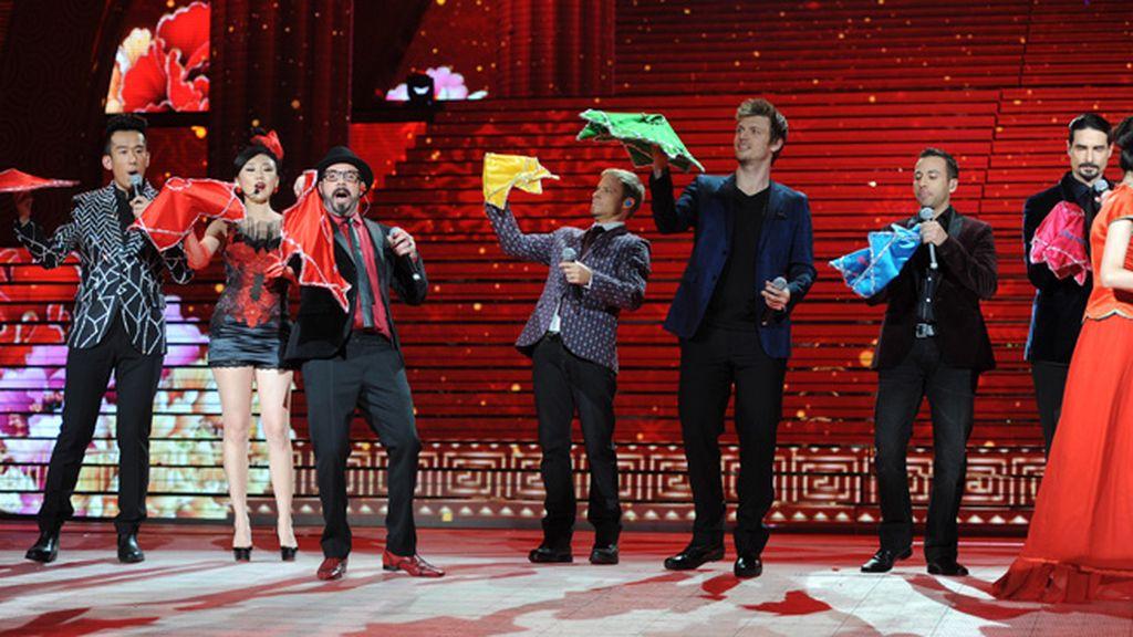 Los 'Backstreet boys' cambian sus estudiadas coreografías por los bailes folclóricos