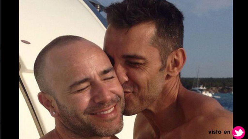 Jesús Vázquez se come a besos a su marido